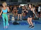 Dani Bolina e Erika Canela suam a camisa em treino em escola de samba