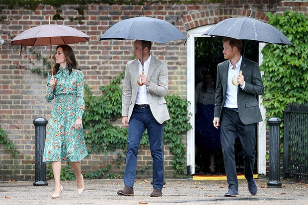 The Duchess of Cambridge, Prince William and Prince Harry visiting the White Garden at Kensington Palace on the eve of the twentieth anniversary of the death of Diana, Princess of Wales. The garden is planted with flowers and foliage reminiscent of Diana's unique style (Foto: REX FEATURES)