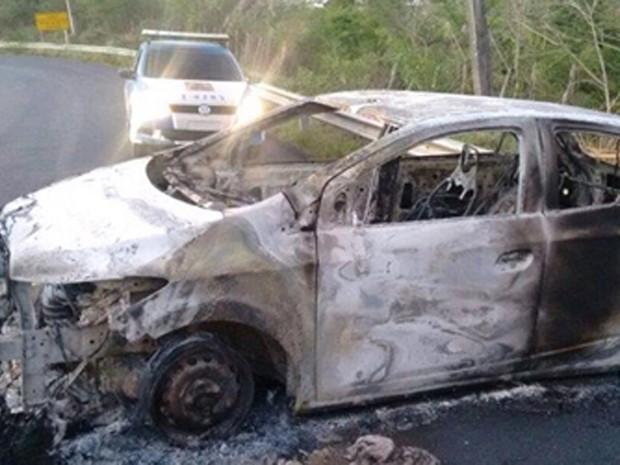 Carro foi incendiado em ponte que liga Cachoeira à cidade de São Felix para facilitar fuga (Foto: Fábio Santos/ Voz da Bahia)