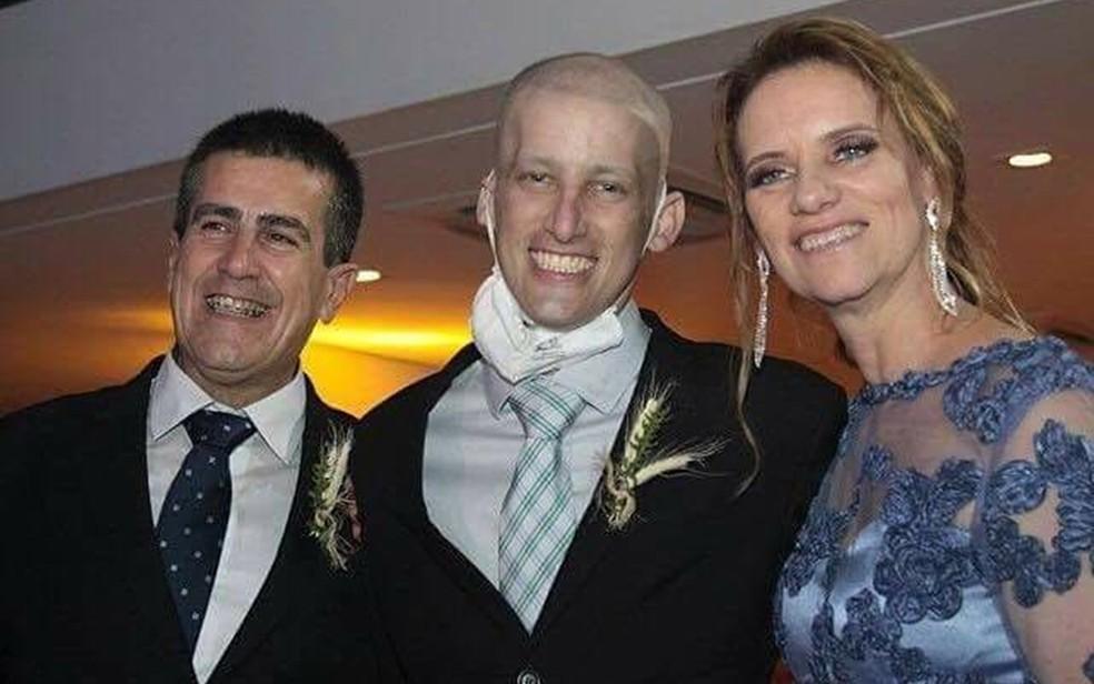 Durante a quimioterapia, jovem viu irmã Bianca se casar (Foto: Arquivo Pessoal/ Angélica Campolim)