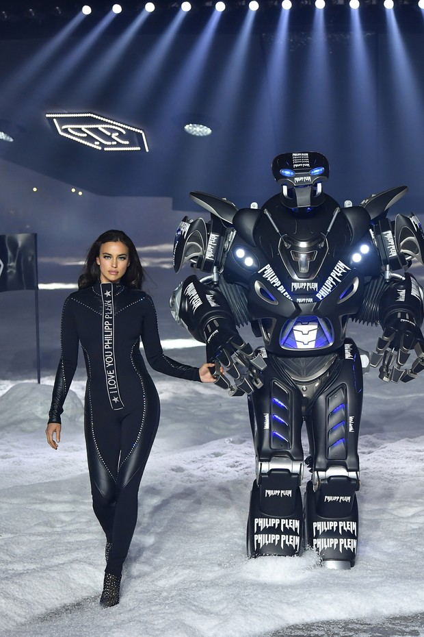 NEW YORK, NY - FEBRUARY 10:  Irina Shayk walks the runway at Philipp Plein fashion show during the February 2018 New York Fashion Week: The Shows on February 10, 2018 in New York City.  (Photo by Slaven Vlasic/Getty Images) (Foto: Getty Images)