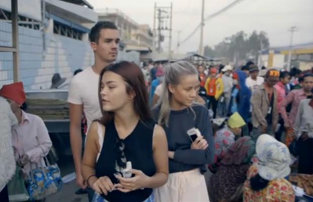 Da esquerda: Ludvig Hambro, Frida Ottesen e Anniken Jorgensen, nas ruas de Phnom Penh (Foto: Reprodução/Sweatshop)