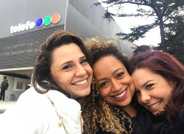 Francis, Aretha e Fernanda em frente aos estúdios da emissora argentina Telefe, onde era gravada a novela (Foto: Reprodução/Instagram)