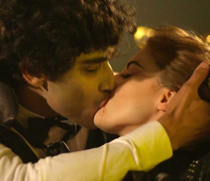 Juliana dá o maior beijão em Jabá na frente de Lucas (Foto: TV Globo)