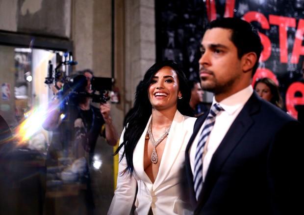 Demi Lovato com o namorado Wilmer Valderrama no Grammy 2016. Cantora usa joia de diamante que custa R$8 milhões (Foto: Getty Image)