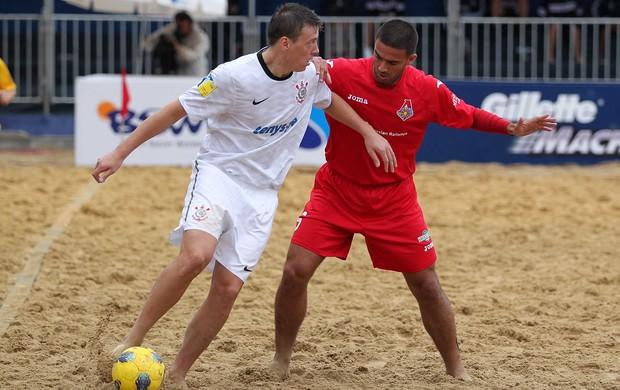 Russo Krash do Corinthians disputa bola com jogador do Lokomotiv Mundialito de Clubes futebol de areia (Foto: Gaspar Nóbrega/Inovafoto)