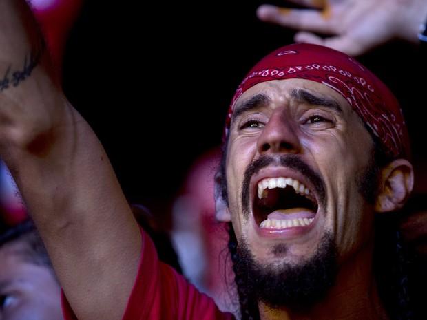 Fã se emociona e canta junto ao som de Capital Inicial no Rock in Rio 2013 (Foto: Silvia Izquierdo/AP)