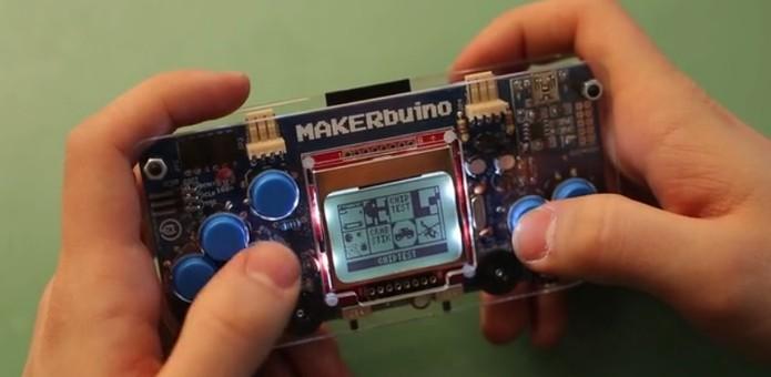 Console portátil retro vem com jogos clássicos como Snake e Pacman (Foto: Divulgação/Makerbuino)