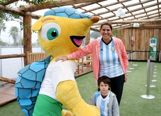 Família argentina posa ao lado do Fuleco em Porto Alegre (Foto: Diego Guichard/GloboEsporte.com)