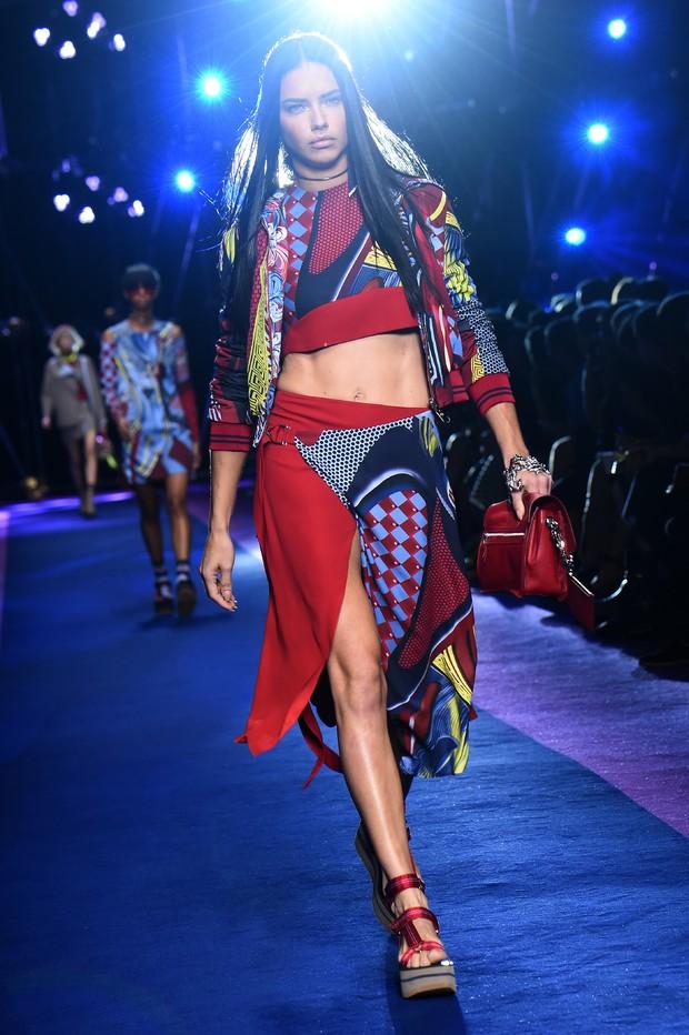 Adriana Lima desfila na semana de moda de Milão (Foto: AFP)