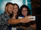 Rodrigo Hilbert posa para selfies com fãs em lançamento de livro