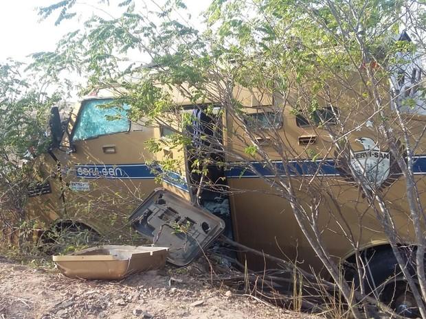 Bandidos armados com fuzis roubaram dois carros fortes  (Foto: Divulgação/ Polícia Militar)