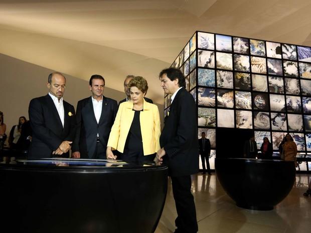 Dilma observa uma das instalações do Museu do Amanhã (Foto: Beth Santos / Prefeitura do Rio)