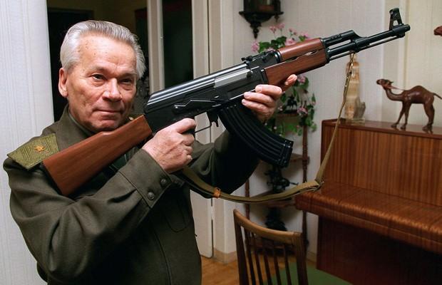 Mikhail Kalashnikov, um dos inventores de armas mais famosos do mundo, segurando o AK-47 (Foto: Vladimir Vyatkin/Arquivo/AP)
