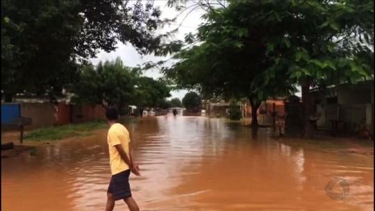 Chuva causa novos alagamentos e 2 famílias ficam desabrigadas em MT
