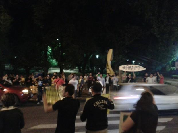 Manifestantes se reuniram na Avenida Goethe, em Porto Alegre (Foto: João Longarai/RBS TV)