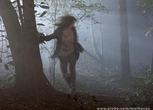 #SOS Marrentinha! Lia consegue escapar e corre pela mata (Foto: Malhação/TV Globo)