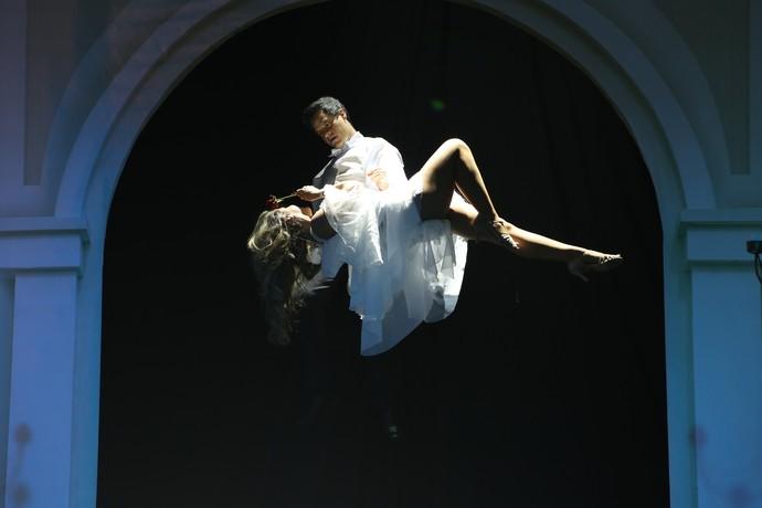 Bruno Garcia levita com bailarina no palco (Foto: Carol Caminha/Gshow)
