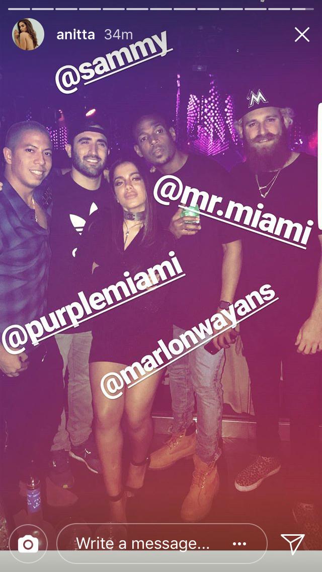 Anitta na balada com os amigos, entre eles Marlon Wayans (Foto: reprodução/instagram)
