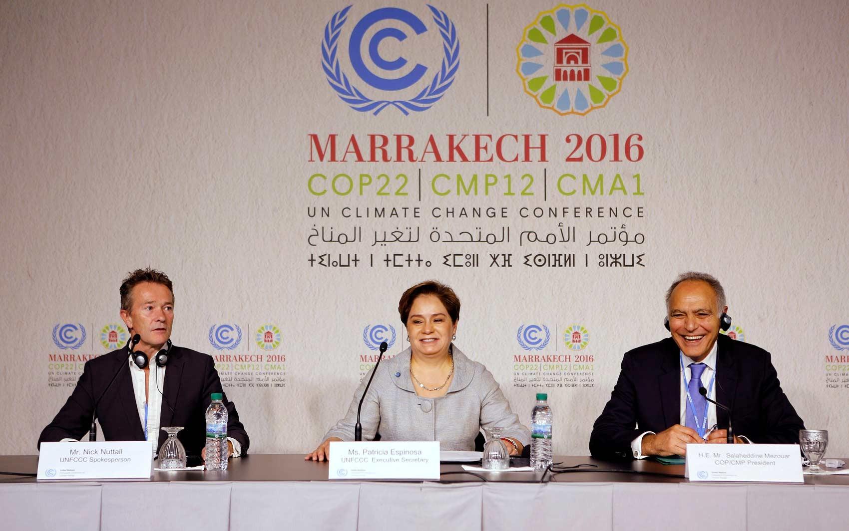 Porta-voz da convenção do clima da ONU Nick Nuttall, secretária executiva da convenção Patricia Espinosa e ministro das relações exteriores do Marrocos e presidente da COP 22 Saleheddine Mezouar participam do evento neste domingo em Marrakech, em Marrocos