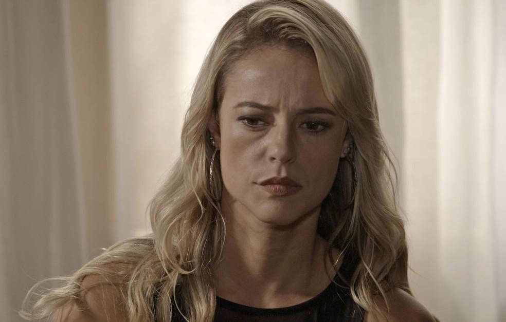 Jeiza decide atender o pedido do sogro e desiste de medir forças com o noivo (Foto: TV Globo)