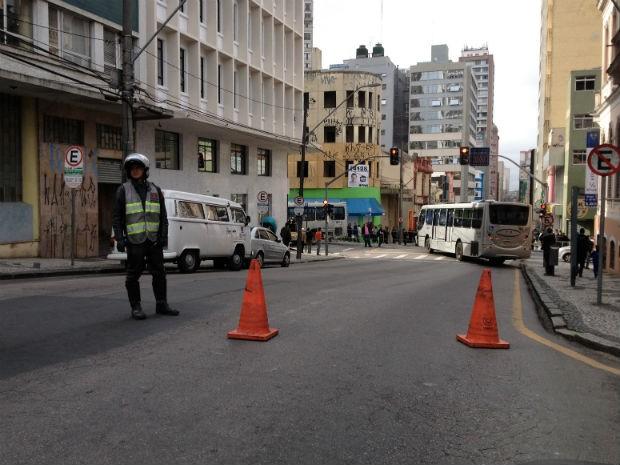 Dois ônibus, um carro e uma motocicleta se envolveram no acidente (Foto: Robson de Lazzari/RPC TV)
