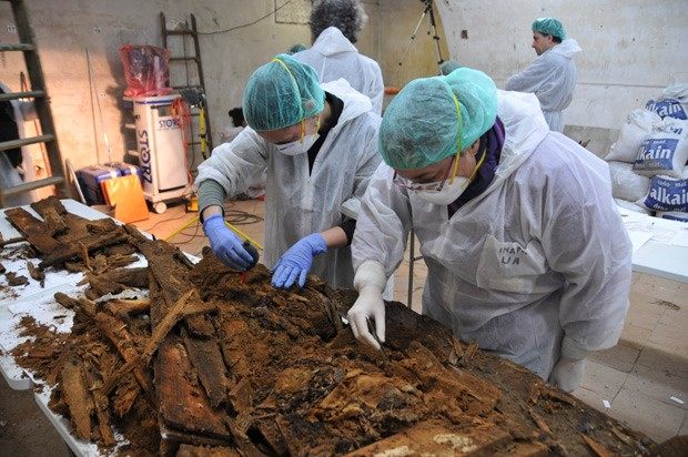 Equipe de arqueólogos examinam restos encontrados em caixão que pode ser de Cervantes (Foto: AP Photo/Aranzadi Science Society)