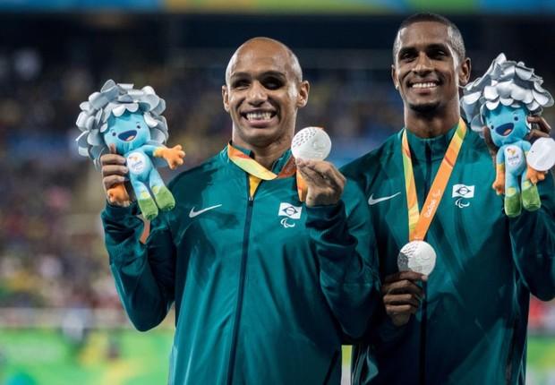 Felipe Gomes e seu guia, Jonas Silva, com a prata dos 100m classe T11  (Foto: MPIX/CPB/Daniel Zappe)