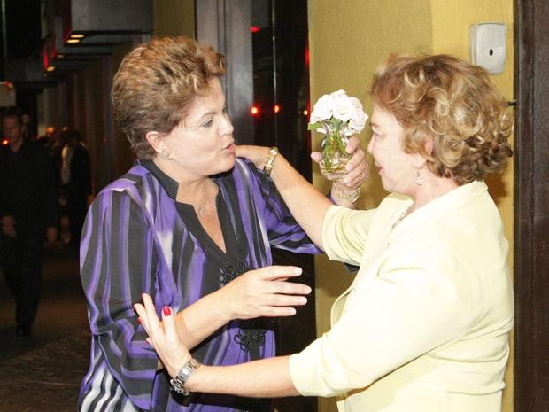 Dilma cumprimenta dona Marisa Letícia (Foto: Daniel Teixeira / Estadão Conteúdo)