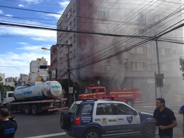 Incêndio atingiu hotel no Centro de Caxias do Sul (Foto: Felipe Truda/G1)