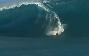 Surfista leva tombo incrível em onda gigante, mas passa bem. Veja o vídeo!