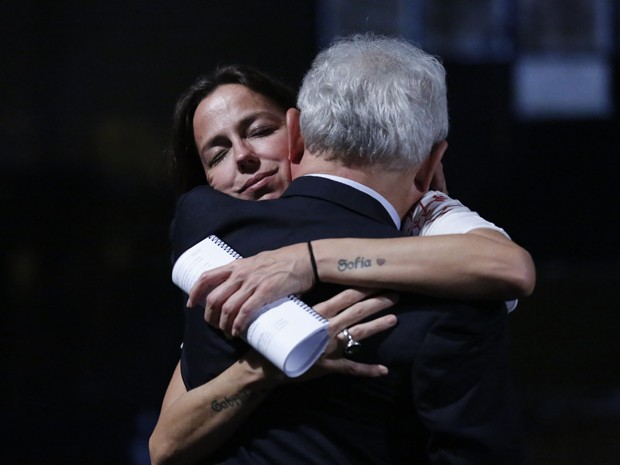 Othon recebe o abraço da diretora Roberta Richard (Foto: Ellen Soares/Gshow)