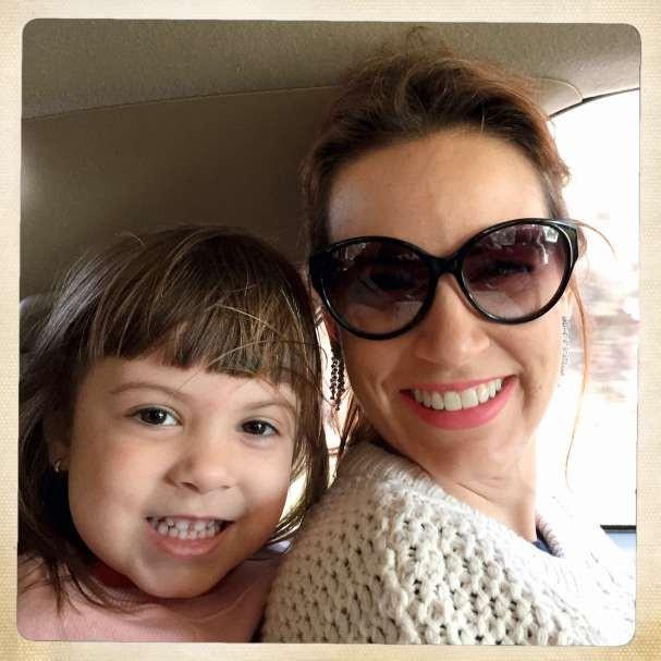 Com a fofa Cecília, sua filha de 4 anos, no início do tratamento.  (Foto: divulgação)
