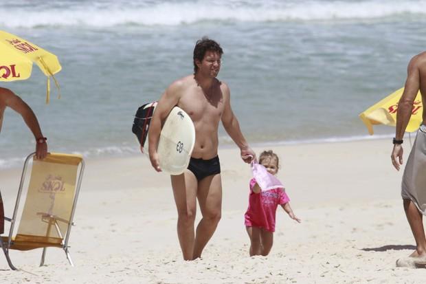 Mario Frias com sua familia na praia (Foto: Dilson Silva/Agnews)