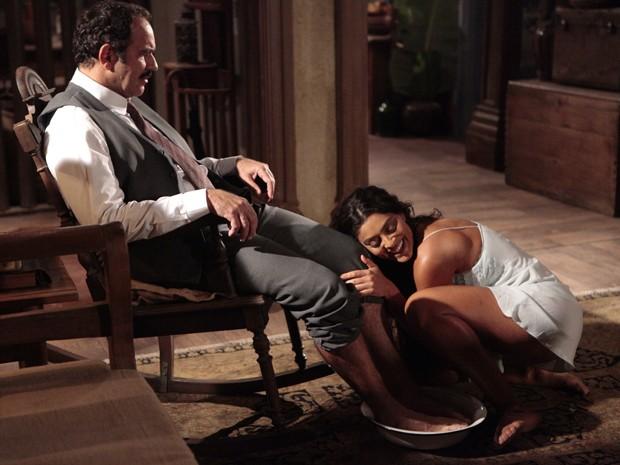 Ela fascina o patrão (Foto: Gabriela / TV Globo)