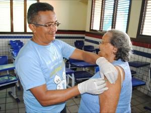 Vacina está disponível em unidades e centros de saúde da cidade (Foto: Oswaldo Ceará)