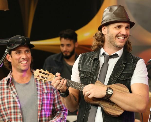 Dezinho, no triângulo, e vocalista Tato Cruz no SuperStar Web  (Foto: Isabella Pinheiro/Gshow)