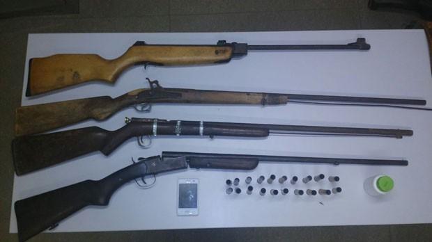 Polícia encontrou armas e munição com os suspeitos (Foto: Divulgação/Polícia Civil do RN)
