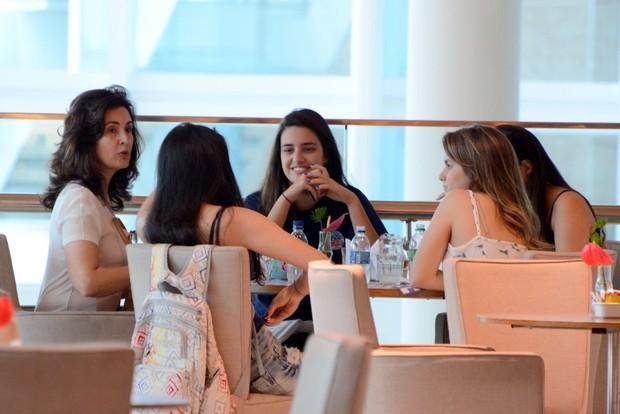 Fatima Bernardes toma café com as filhas em shopping (Foto: Marcus Pavão/Agnews)