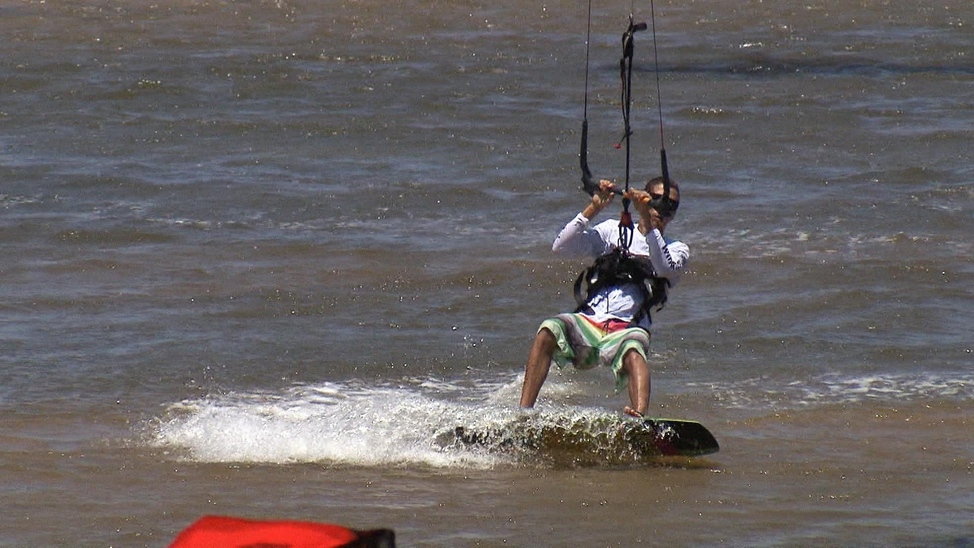 Praticantes de kitesurf mostram como funciona o esporte (Foto: Divulgação)
