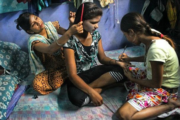 Garotas com menos de 18 anos abandonam as escolas para se prostituirem (Foto: Souvid Datta)