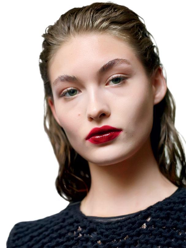 Arremate a blurred lip com pele levinha + rímel sem exageros. O segredo da tendência é deixar o make simples para os lábios saltarem. Giambattista Valli (Foto: IMAXtree)