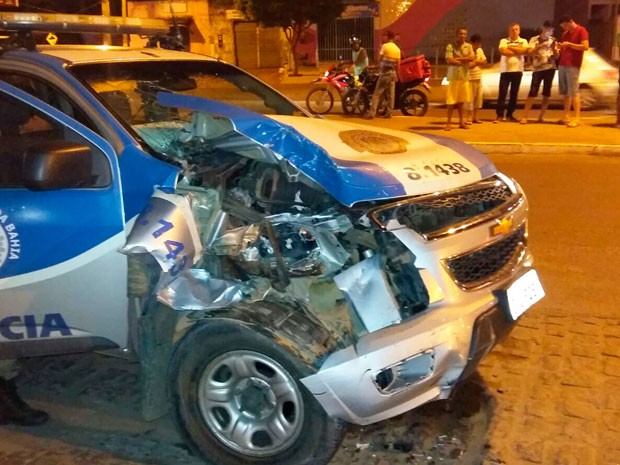 Área frontal da viatura ficou bastante danificada após batida contra picape (Foto: Carlos José / Voz da Bahia)