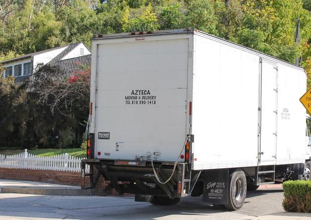 Caminhão de mudança chega na casa de Pitt e Jolie (Foto: AKM-GSI)