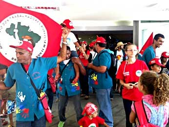 Manifestantes do MST na entrada do prédio do MEC (Foto: Isabella Formiga/G1)