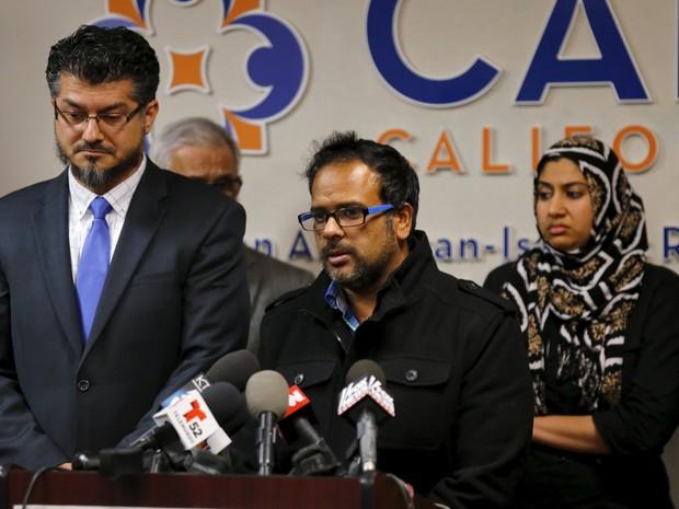 Farhan Khan, cunhado de Syed Farook, suspeito de massacre com 14 mortos na Califórnia, fala durante entrevista coletiva nesta quarta-feira (2) (Foto: Mike Blake/Reuters)