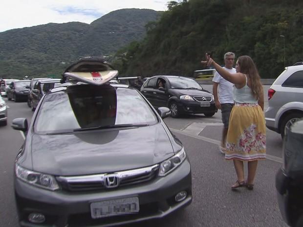 Vítimas de roubos alertaram outros motoristas na Rodovia dos Imigrantes (Foto: Reprodução / TV Tribuna)