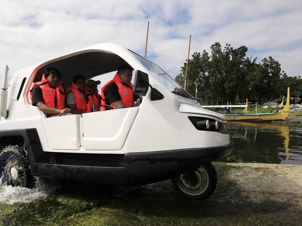 Triciclo anfíbio contra enchentes passa por testes nas Filipinas (Foto: Romeo Ranoco / Reuters)