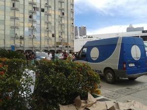 Homem morre ao cair de prédio em Salvador (Foto: Cassia Bandeira/G1)