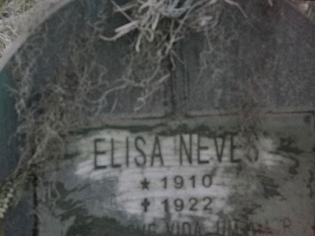 Inscrição no túmulo intriga Rodrigo (Foto: Amor Eterno Amor/TV Globo)